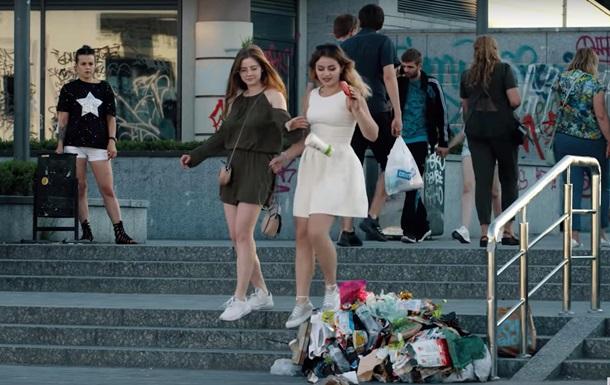 В Киеве провели экологическую акцию с  живой  кучей мусора