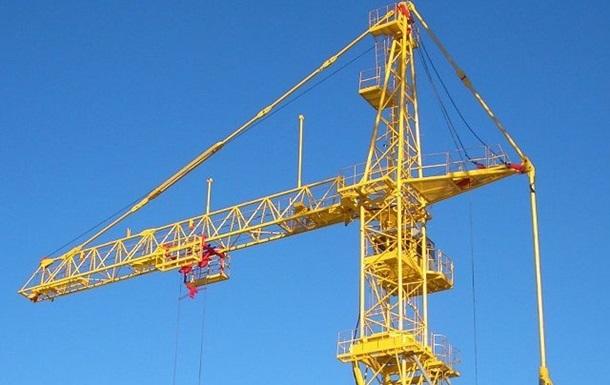 В Сумах строительный кран задавил рабочего