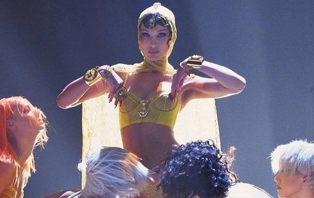 Белла Хадид снялась в пикантном наряде в образе восточной танцовщицы