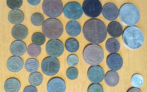 Іноземець намагався вивезти з України 100 старовинних монет