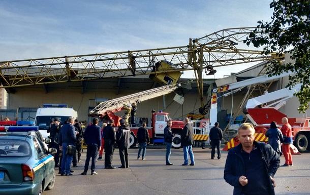 Строительный кран упал на супермаркет во Львове