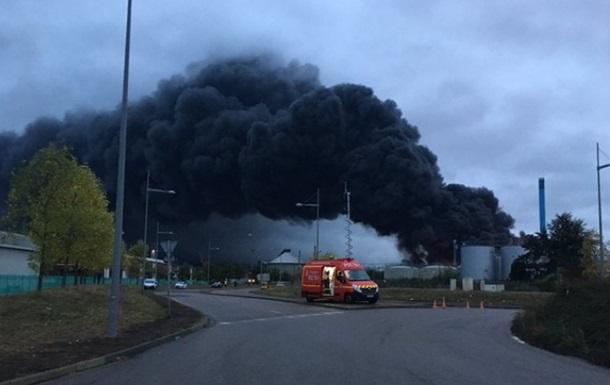 У Франції вибухнув і горить хімзавод