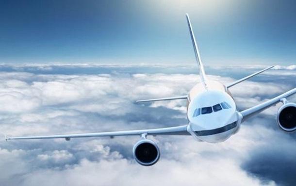 Душно : жінка відкрила аварійний вихід літака