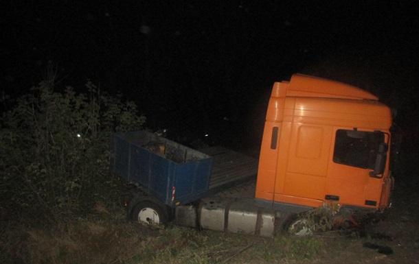 На Киевщине грузовик столкнулся с микроавтобусом из-за трактора