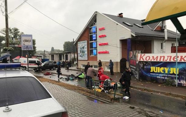 Під Києвом поліцейський в їхав у зупинку, є жертви