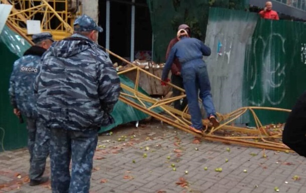 У центрі Києва впав будівельний кран