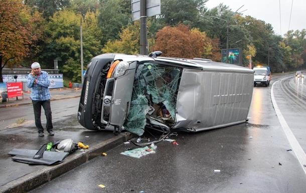 В Киеве микроавтобус вылетел на тротуар и перевернулся