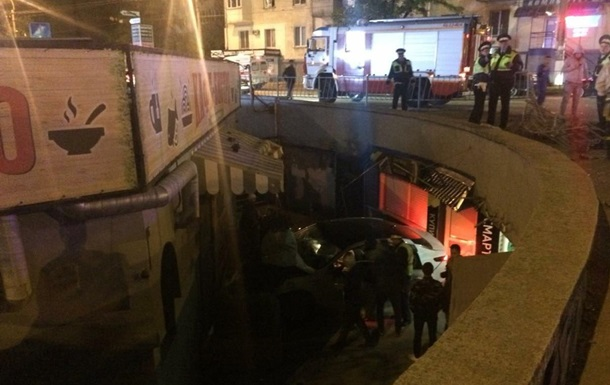 В Симферополе авто влетело в подземный переход, есть жертвы