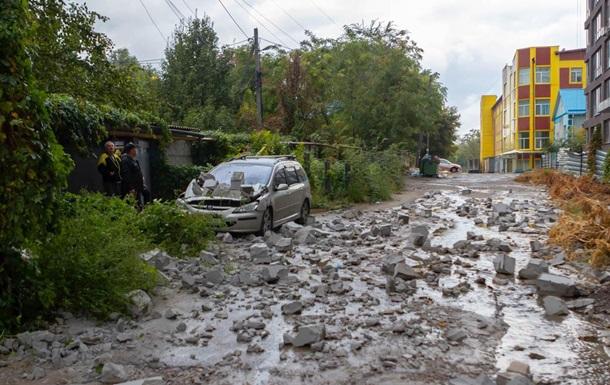 У Дніпрі з новобудови впали бетонні блоки і розчавили авто