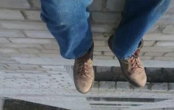 Киевлянина пять часов уговаривали не прыгать с крыши