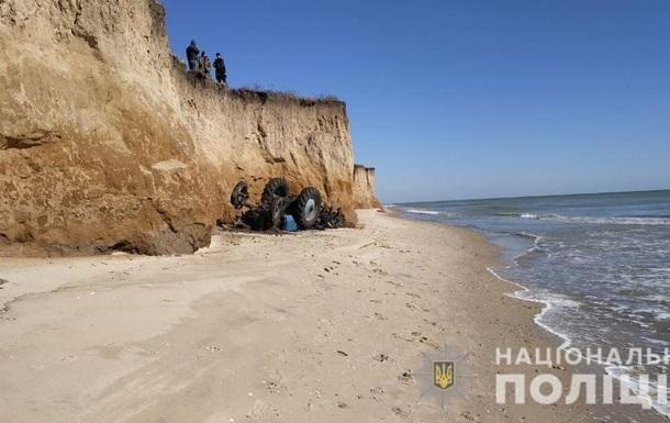 В Одеській області трактор впав зі схилу на пляж, загинув водій