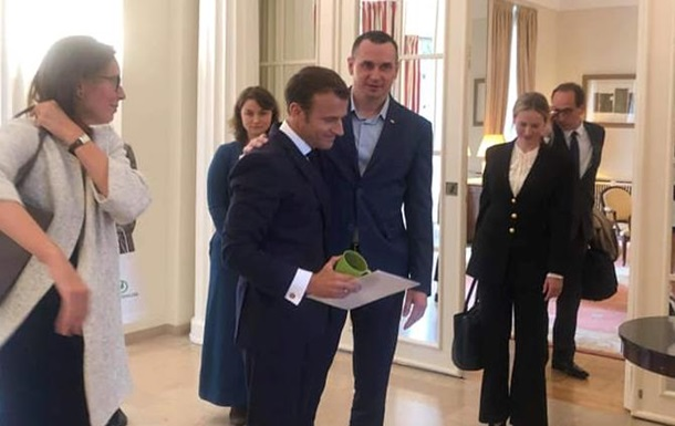 Сенцов подарував Макрону свій тюремний кухоль
