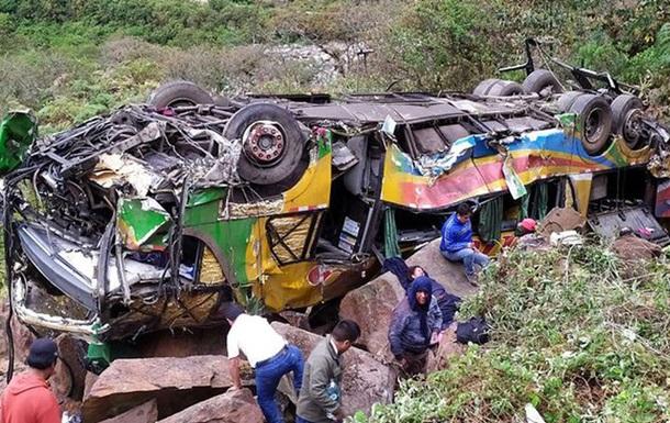 У Перу автобус впав у прірву: понад 20 жертв