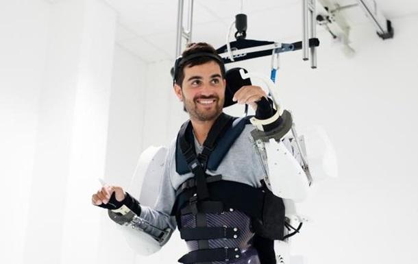 Парализованный пациент смог пройти в экзоскелете