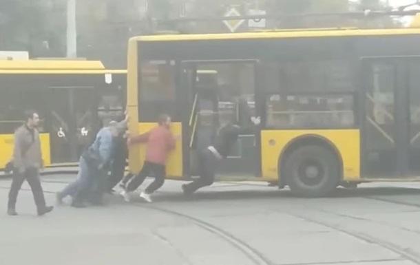 У Києві пасажири штовхали зламаний тролейбус