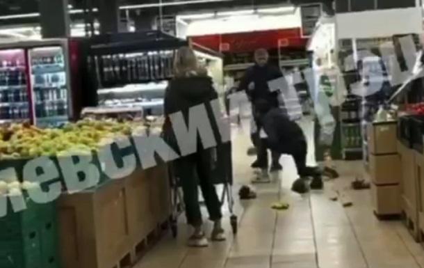 У супермаркеті Києва через фрукти сталася бійка