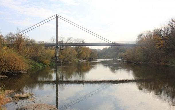Хлопець врятував дворічну дівчинку, яка впала з мосту в річку