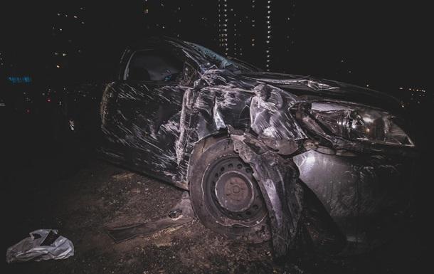 В Киеве пьяный водитель влетел на стоянку и перевернулся