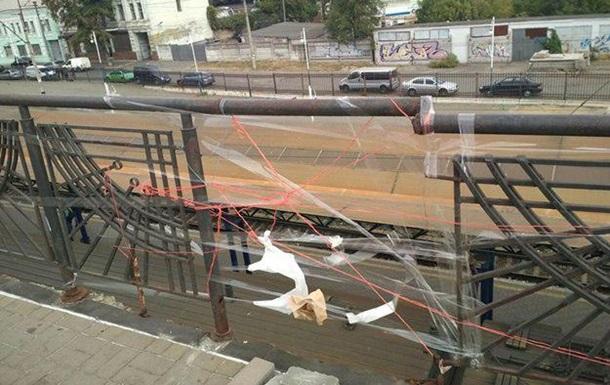 У Києві міст  відремонтували  скотчем і нитками