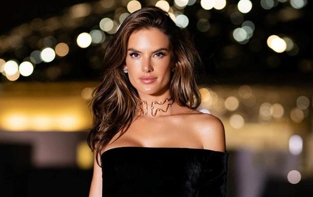 Алессандра Амбросио позировала в роскошном платье