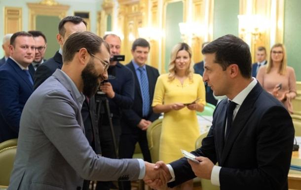 Зеленський видав посвідчення новим членам ЦВК