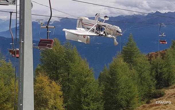 В Альпах літак повис на дротах