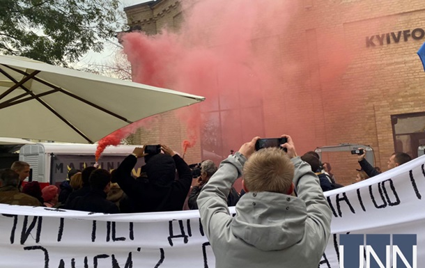 Біля будівлі, де проходить прес-марафон Зеленського, запалили фаєри