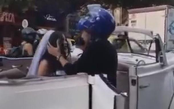 Колишній хлопець поцілував наречену перед її весіллям
