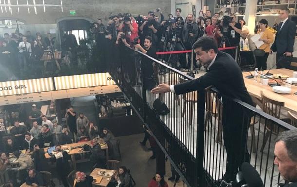 Пресс-марафон: Мужчина вылез на стол и требовал Зеленского