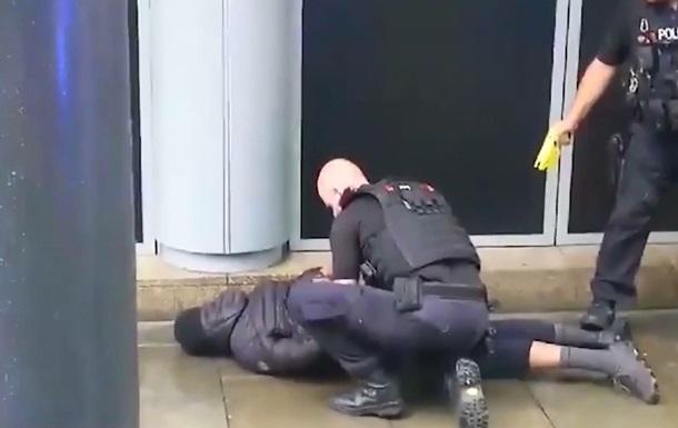В Британии мужчина с ножом напал на посетителей торгового центра