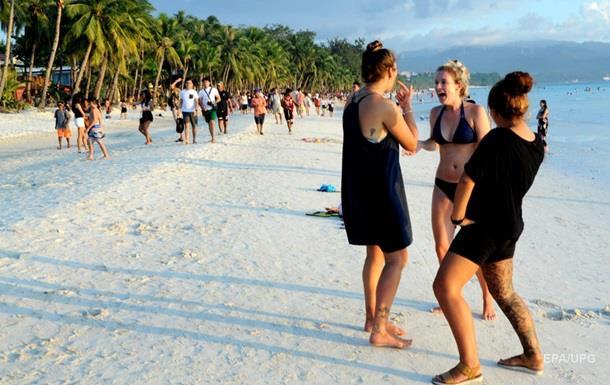 На Філіппінах туристка заплатила штраф за фото у відвертому купальнику