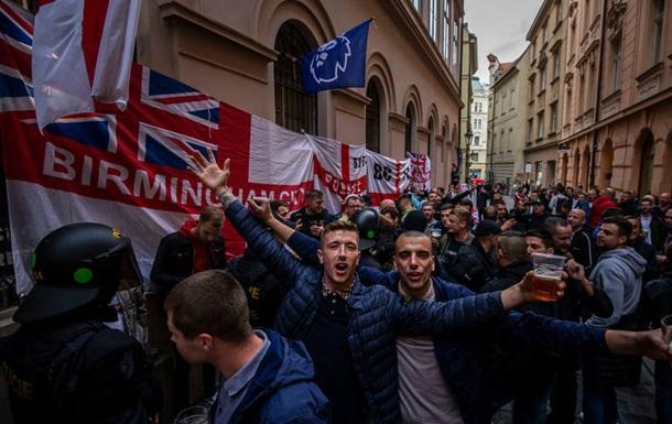 Британские фанаты забросали полицейских бутылками