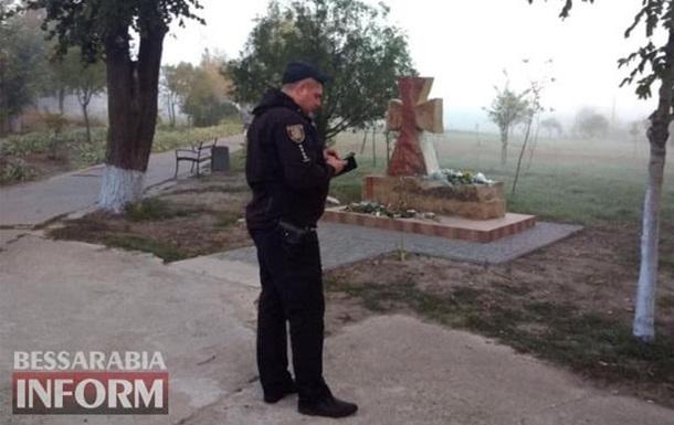 Пам ятник захисникам України облили фарбою в Одеській області