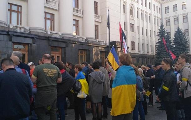 Під ОП вимагають не відводити війська на Донбасі