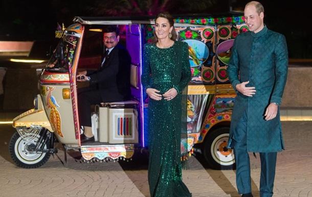 Герцогиня Кейт и принц Уильям приехали на прием на моторикше