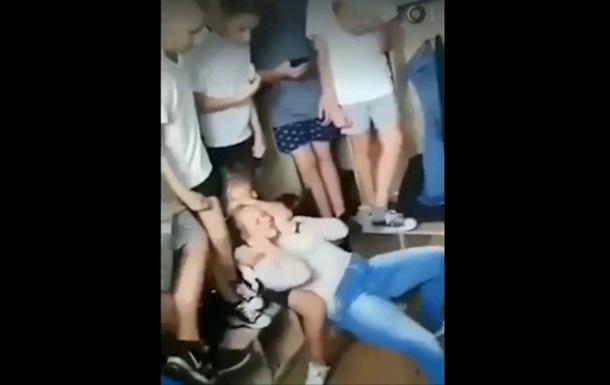 В запорожской школе подросток пытался задушить одноклассницу