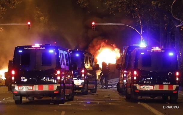 Протестувальники в Іспанії обстріляли вертоліт і кидали кислоту в поліцію