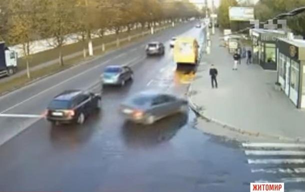 В Житомире легковушка сбила человека на остановке