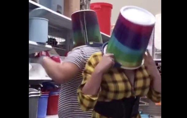 Женщина надела ведро на голову покупательнице