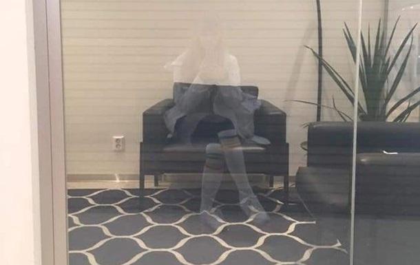 Отражение девушки в стекле посчитали призраком