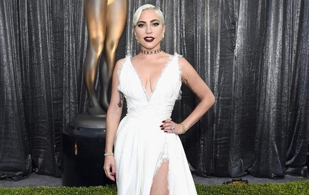 Леди Гага оконфузилась, упав на концерте