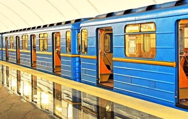 Пасажир впав на рейки метро в Києві