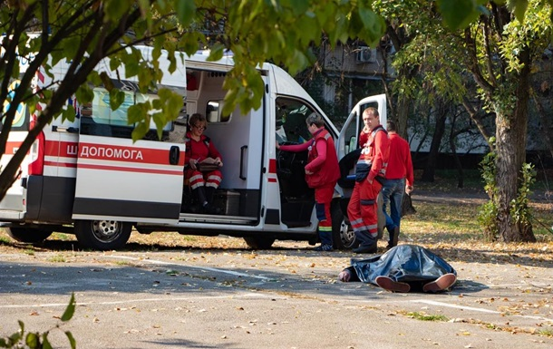 У Києві чоловік закурив і помер біля дитячого майданчика
