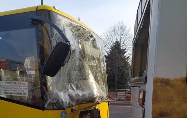 ДТП во Львове: столкнулись два автобуса, десять пострадавших