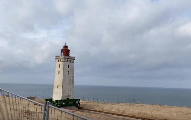 Рятують від затоплення: в Данії відсувають старовинний маяк