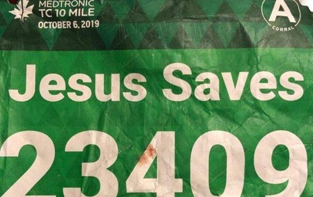Бегуна с наклейкой  Иисус спасет  спас Иисус Буэно