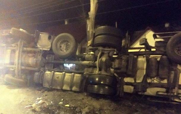 Под Ровно перевернулся грузовик с глицерином