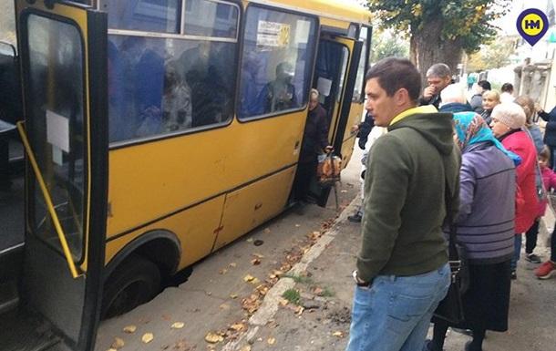Маршрутка на ходу провалилась под землю в Одесской области