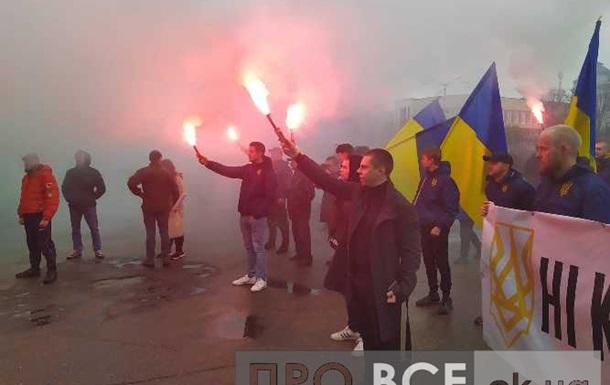 Файеры и драка с полицией: в Черкассах прошла акция Нет капитуляции