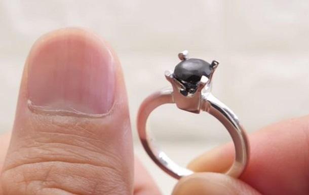 Мужчина создал камень для обручального кольца из своих ногтей